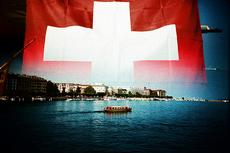 Vlag van Zwiterserland met water en een boot eronder