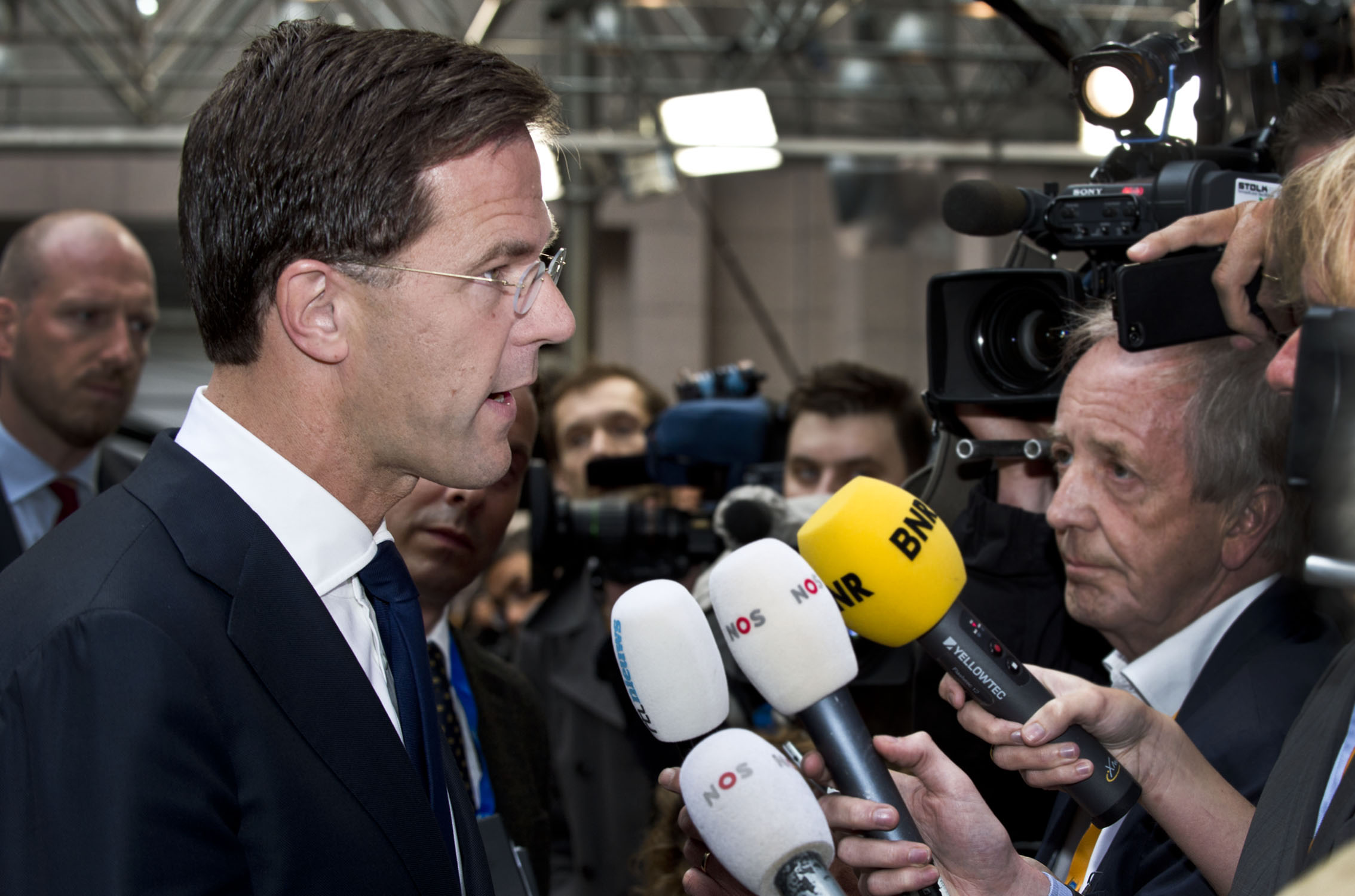 Mark Rutte staat de media te woord