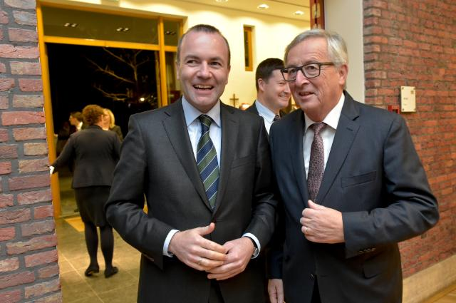Manfred Weber (links) en Jean-Claude Juncker (rechts)