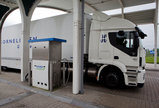 Vrachtwagen tankt biogas