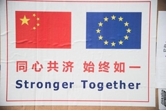 Vlaggen van China en Europa: Stronger Together - foto: Marco Zeppetella